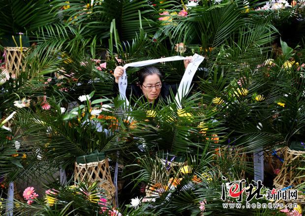 4月11日,李保国教授住的的小区里摆满了敬挽与