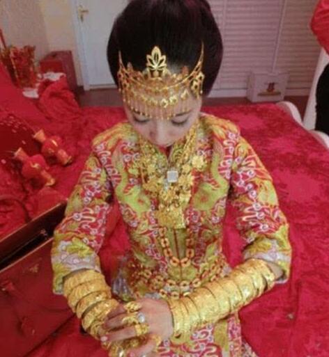 广东中山黄金新娘:胸前挂70只金手镯全身挂满几十斤黄金配饰