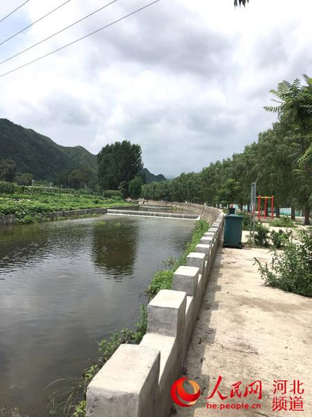 河北省保定市易县良岗镇小兰村的拦河坝景观.
