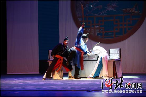 10月8日晚,同州梆子《银镯鉴》在石家庄丝弦剧院上演,图为剧照。