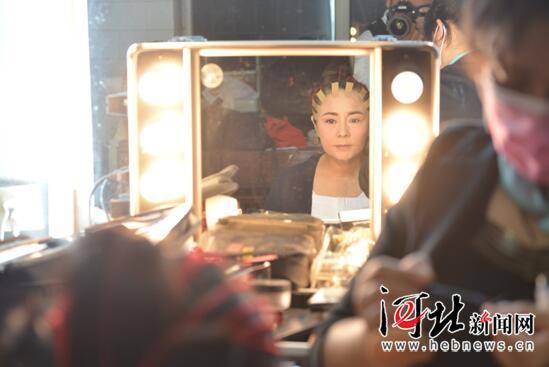河北梆子《牺牲》演出前彭蕙蘅在后台化妆。