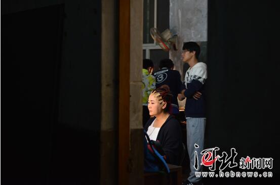 彭蕙蘅为了更好的刻画人物在化妆镜前一座就是一两个小时。