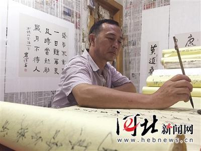 杨春广在进行创作。